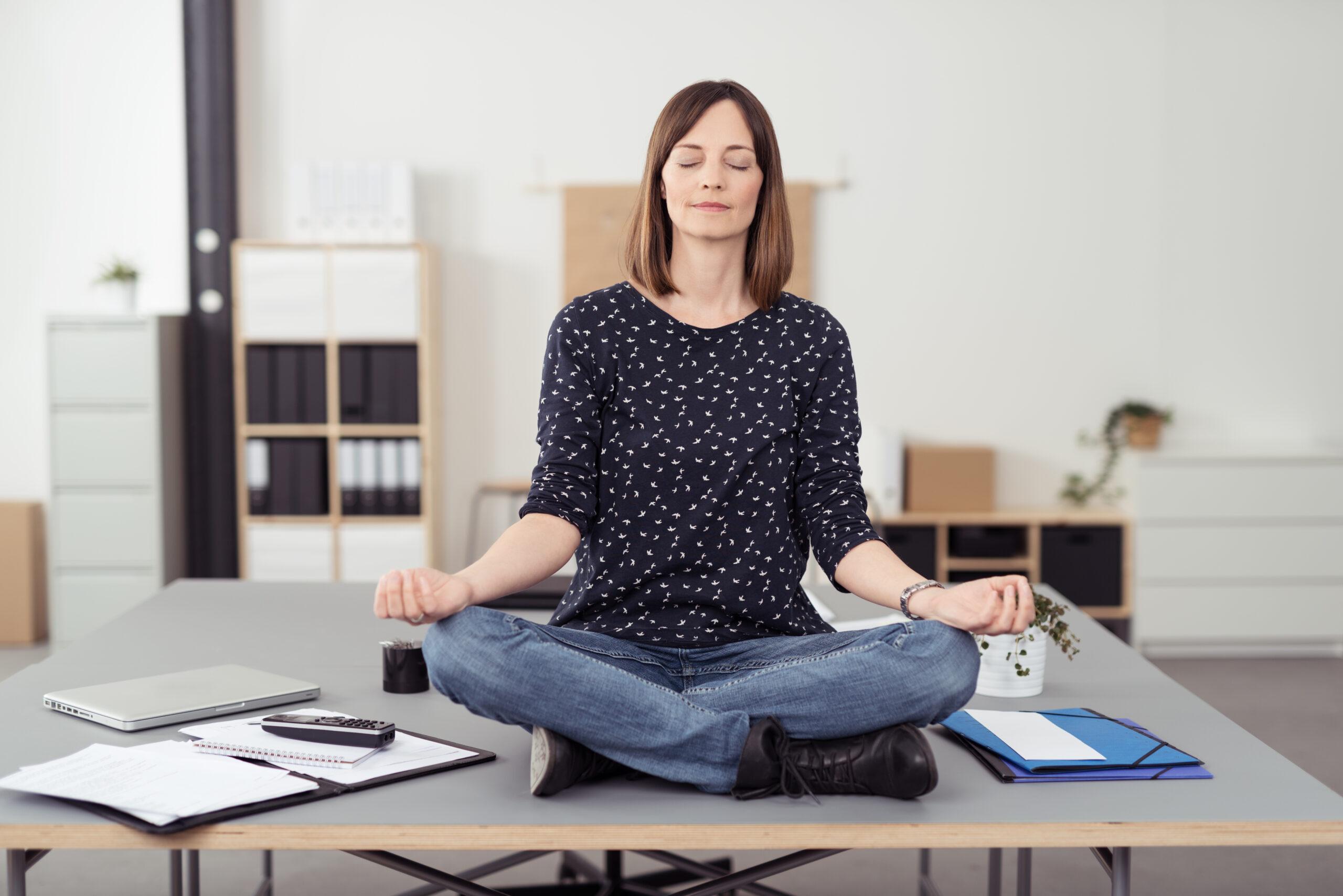 Kvinna mediterar mindfulness